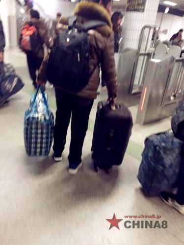 上海駅へ行く人々