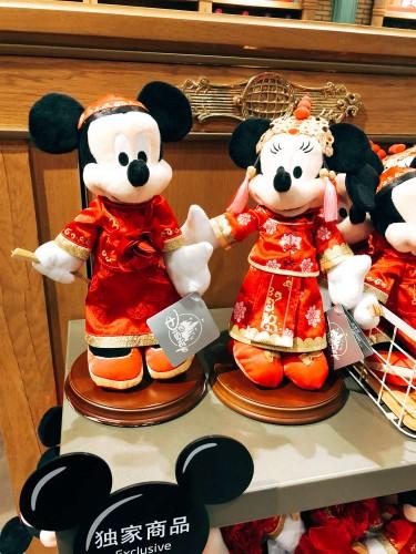 中国服を着るミキー